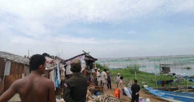 50 authorities from Prek Pnov district authorities, starting demolishing people's shelters which were built on the banks of Boeung Tamok lake